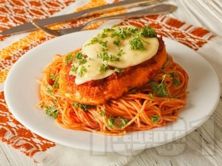 Панирани пилешки гърди с пармезанова коричка, доматен сос и моцарела - снимка на рецептата